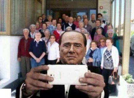 Ecco il selfie Berlusconi con gli anziani